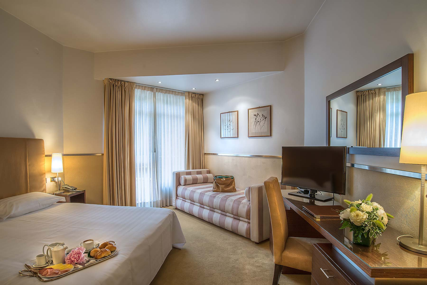 Camera tripla superior mini palace hotel viterbo for Quattro stelle arredamenti surbo